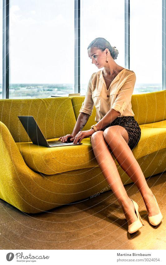 Frau Mensch schön weiß Erwachsene Glück Business Arbeit & Erwerbstätigkeit Büro modern Technik & Technologie Lächeln sitzen Computer Studium Internet
