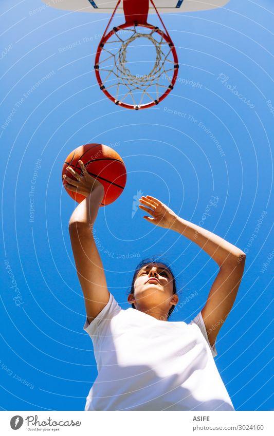 Mädchen beim Basketball spielen an einem sonnigen Tag Lifestyle Freude schön Spielen Sommer Sport Frau Erwachsene Jugendliche Himmel Park springen niedlich