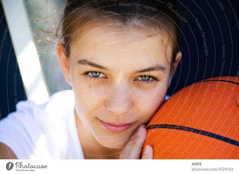 Sie liebt Basketball mehr als alles andere. Lifestyle Glück schön Gesicht Spielen Sport Frau Erwachsene Jugendliche Park Lächeln sitzen träumen niedlich Mädchen