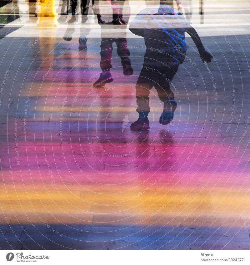 Licht Geschwindigkeit Freude Menschengruppe Kindergruppe 8-13 Jahre Kindheit Fußgängerzone bevölkert Kaufhaus Arkaden Eingang laufen rennen sportlich mehrfarbig