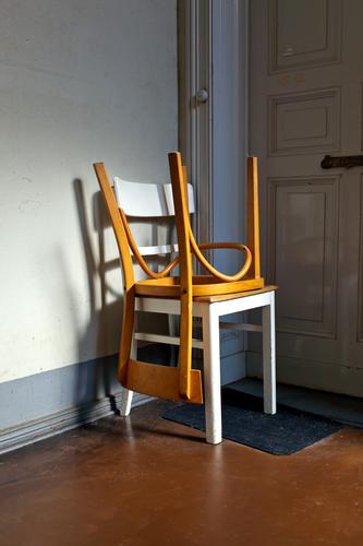 Zwei Stühle Haus Wand Textfreiraum Häusliches Leben Wohnung Treppe Tür Stuhl Wohnhaus Umzug (Wohnungswechsel) Möbel Treppenhaus Sitzgelegenheit Treppenabsatz