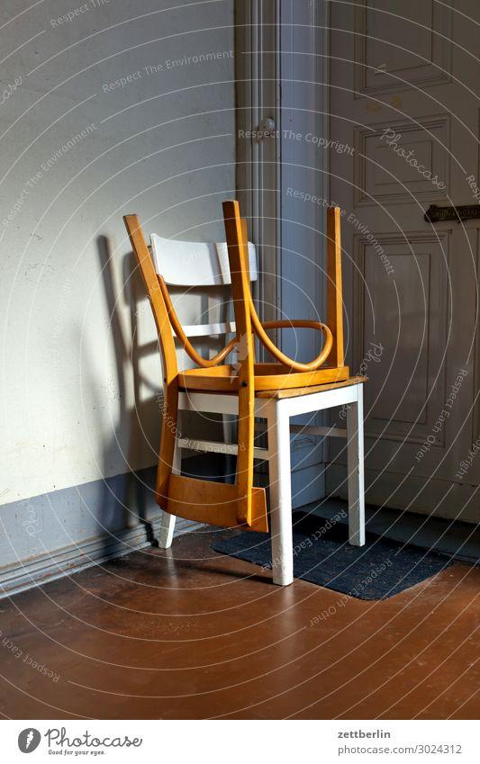 Zwei Stühle Treppenabsatz Haus Mehrfamilienhaus Menschenleer Stadthaus Textfreiraum Treppenhaus Wand Häusliches Leben Wohngebiet Wohnhaus Tür Wohnung
