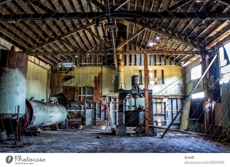 Verlassene Konservenlagerhalle Innenbereich mit rostigen Maschinen Arbeit & Erwerbstätigkeit Handwerker Industrie Gebäude Rost alt Coolness frisch historisch
