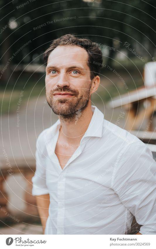 gut aussehender Mann in weißem Hemd, der nach oben schaut attraktiv Vollbart bärtig Kaukasier heiter selbstbewusst freundlich Typ gutaussehend Fröhlichkeit