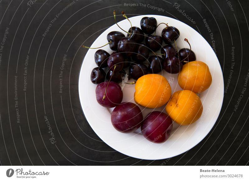 Leicht und bekömmlich Lebensmittel Frucht Aprikose Kirsche Pflaume Ernährung Bioprodukte Vegetarische Ernährung kaufen Gesundheit Sommer Teller Diät Essen