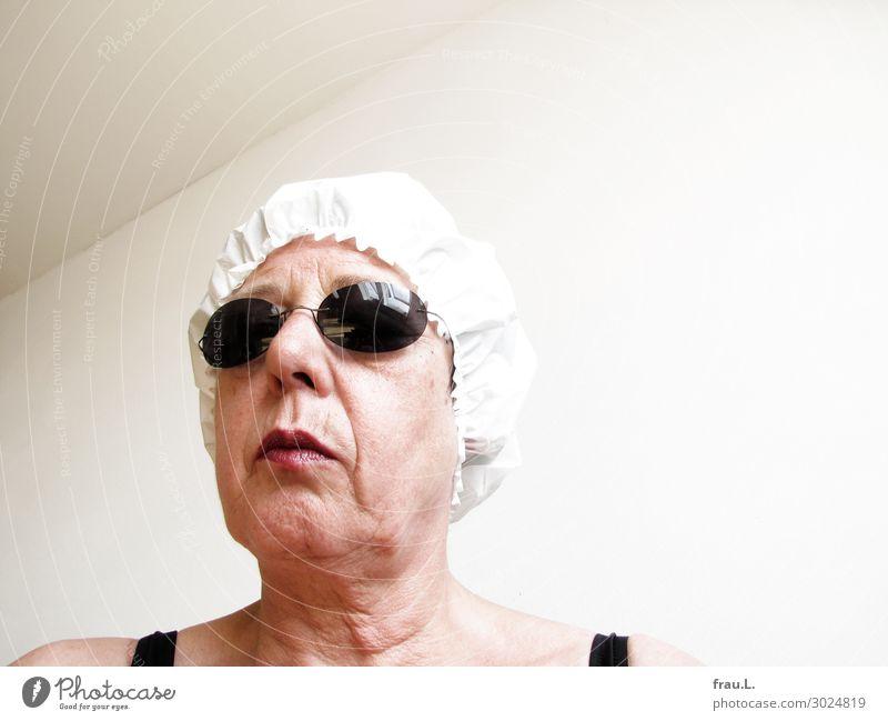 Duschkappe Mensch Frau Erwachsene Weiblicher Senior Kopf 1 45-60 Jahre Brille Mütze alt stehen verrückt trashig schwarz weiß Einsamkeit Feindseligkeit