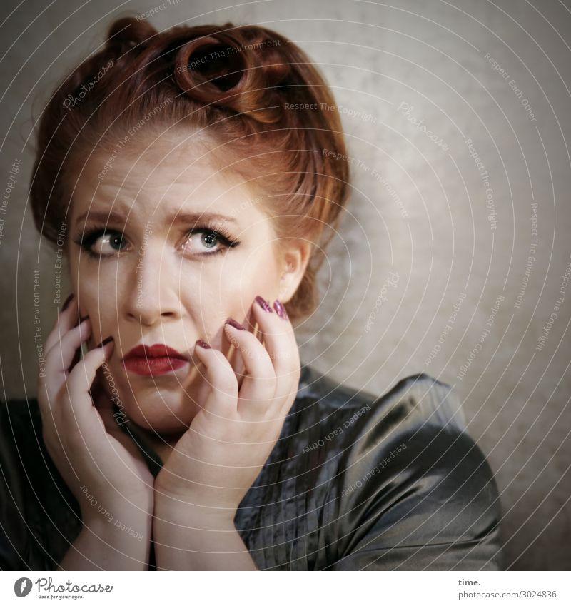 Anastasia feminin Frau Erwachsene 1 Mensch Hemd rothaarig langhaarig beobachten Denken festhalten Blick warten Gefühle Willensstärke Wachsamkeit Neugier
