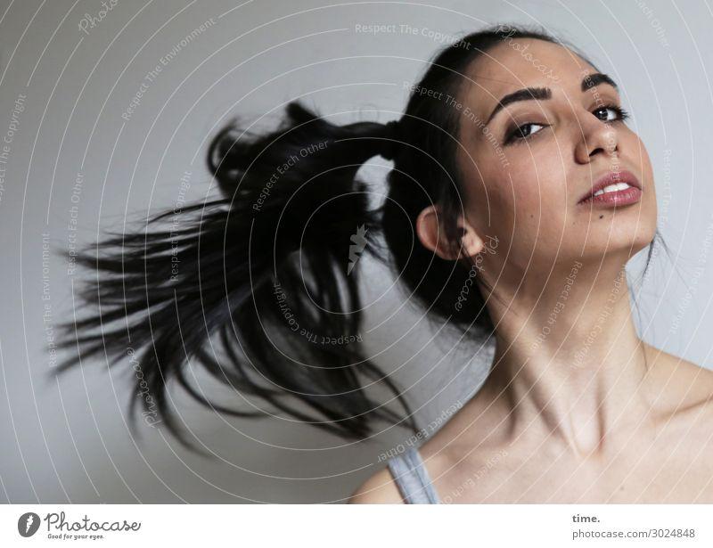 GizzyLovett feminin Frau Erwachsene 1 Mensch T-Shirt schwarzhaarig langhaarig Zopf beobachten drehen Blick schön Lebensfreude selbstbewußt Kraft Leidenschaft