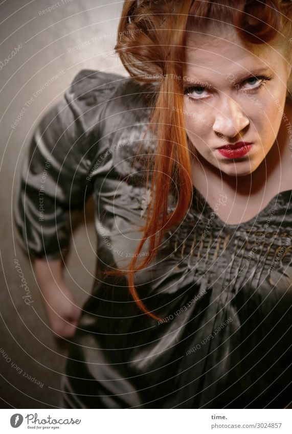 Anastasia feminin Frau Erwachsene 1 Mensch Schauspieler Hemd rothaarig langhaarig beobachten festhalten Blick warten dunkel rebellisch wild Coolness Wachsamkeit