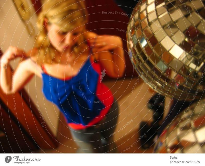 Cover Session III Discokugel Spiegel stylen Frau blond Makroaufnahme Nahaufnahme Kugel Reflexion & Spiegelung Anprobe