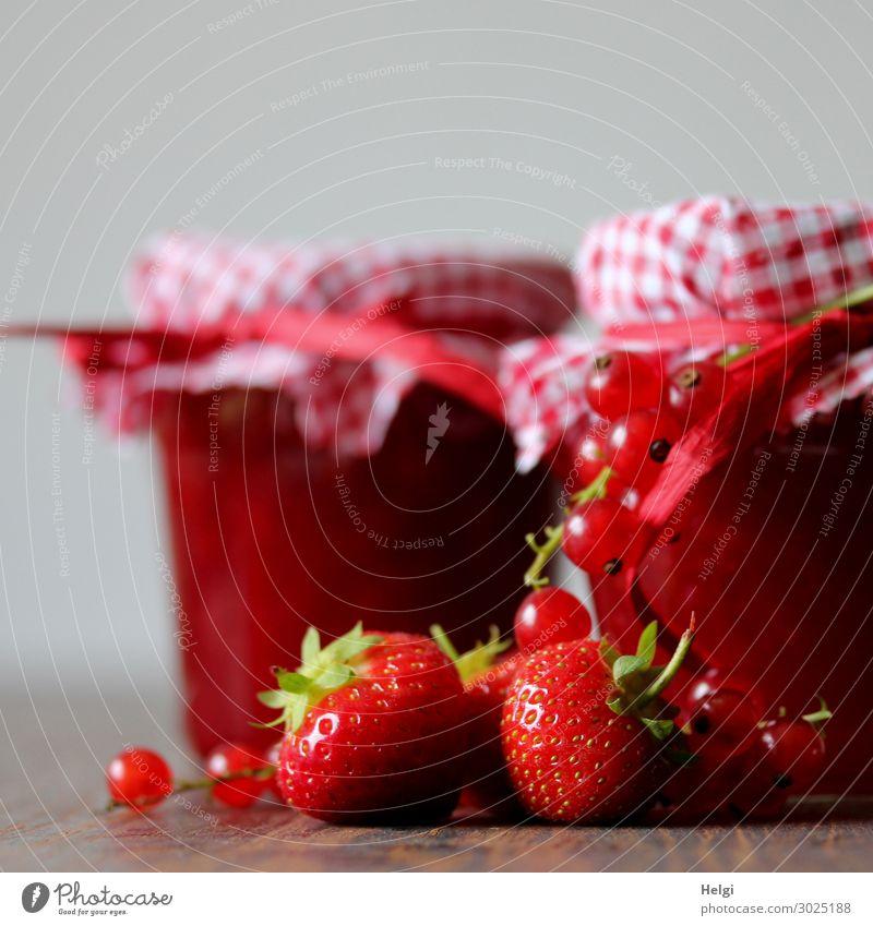 dekorierte Gläser mit selbstgemachter Marmelade aus Erdbeeren und Johannisbeeren Lebensmittel Frucht Ernährung Frühstück Dekoration & Verzierung Glas Schleife