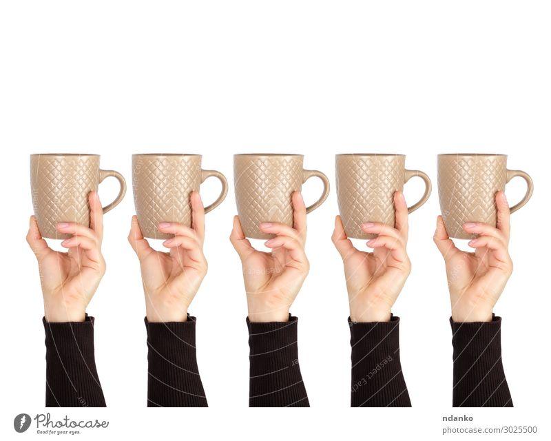 brauner Keramikbecher in weiblicher Hand auf weißem Hintergrund Frühstück Getränk Kaffee Espresso Tee Becher Design Küche Frau Erwachsene Essen festhalten