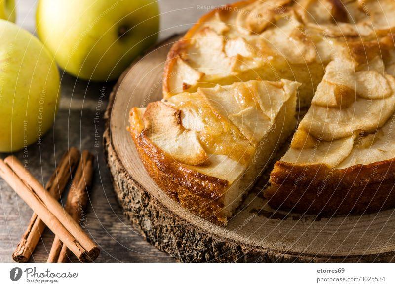 Hausgemachter Apfelkuchen auf Holztisch. Pasteten Dessert Backwaren Scheibe Frucht Lebensmittel Gesunde Ernährung Foodfotografie Herbst Teigwaren Torte