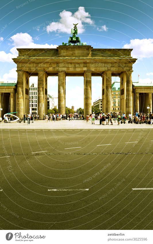 Brandenburger Tor Architektur Berlin Deutschland Hauptstadt Regierungssitz Wahrzeichen Menschenleer Textfreiraum Sommer Himmel Straße Asphalt Tourismus