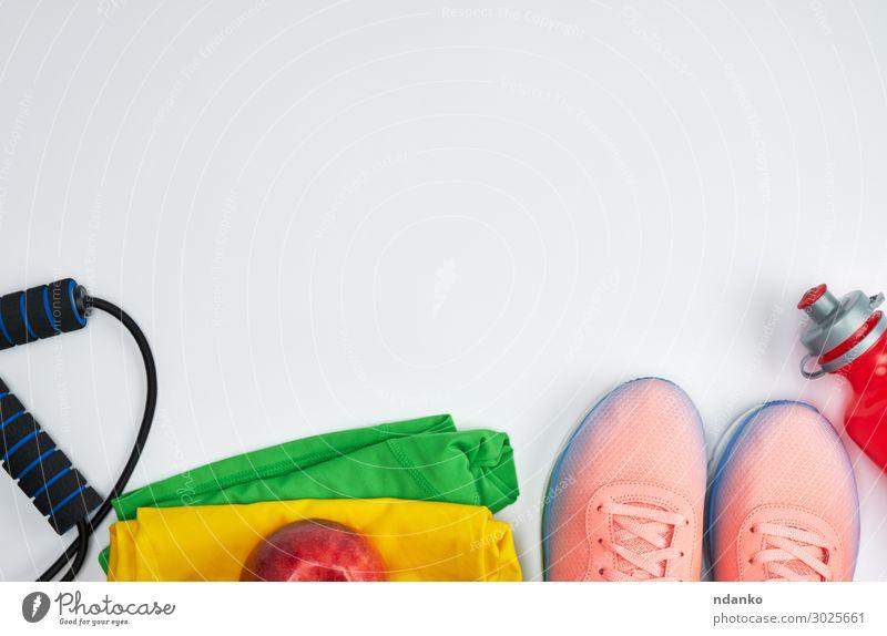 rosa Sportschuhe und eine rote Wasserflasche. Apfel Diät Flasche Lifestyle Frau Erwachsene Accessoire Schuhe Fitness modern oben weiß Aktion Hintergrund Entwurf