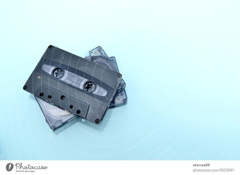 Alte Audiokassetten auf türkisfarbenem Hintergrund Musikkassette alt altehrwürdig Klang retro Spieler Lied Radio Radiogerät Schallplatte Aufzeichnen Rekord