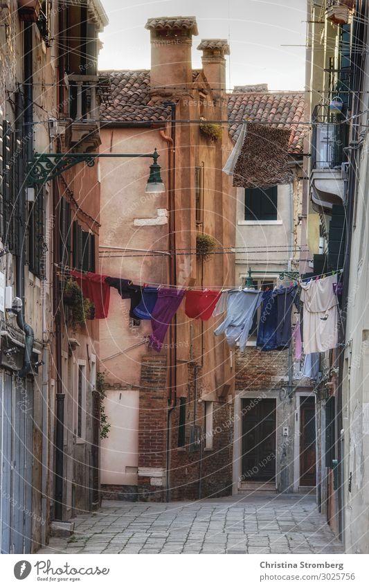 Waschtag Venedig Veneto Italien Italienisch Europa Stadt Hafenstadt Stadtrand Menschenleer Haus Mauer Wand Fassade Dach Schornstein Innenhof Wäsche Wäscheleine