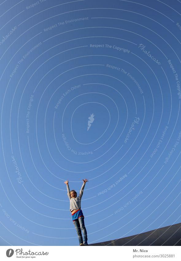 luftig |luft nach oben feminin Mädchen 1 Mensch stehen blau Gefühle Lebensfreude Coolness Optimismus Kraft Himmel himmelblau Hände hoch Freude Jubelstimmung