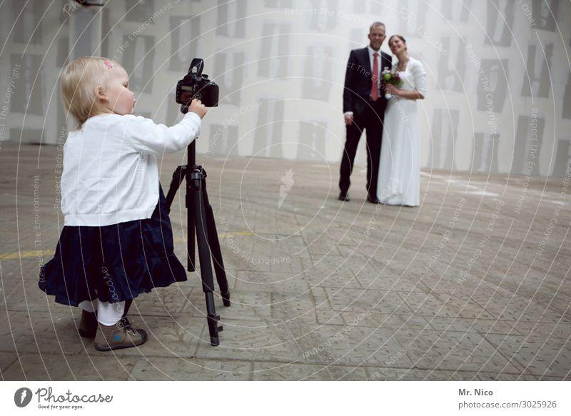 Talentförderung Kind Frau Erwachsene Mann Eltern Familie & Verwandtschaft 3 Mensch Mauer Wand Anzug Freude Glück Zufriedenheit Zusammensein Liebe Hochzeitspaar