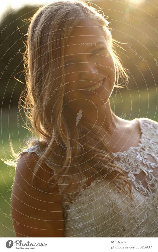 la mariée schön feminin Frau Erwachsene 1 Mensch 18-30 Jahre Jugendliche Kleid langhaarig Lächeln Glück Zufriedenheit Lebensfreude Vorfreude Sympathie