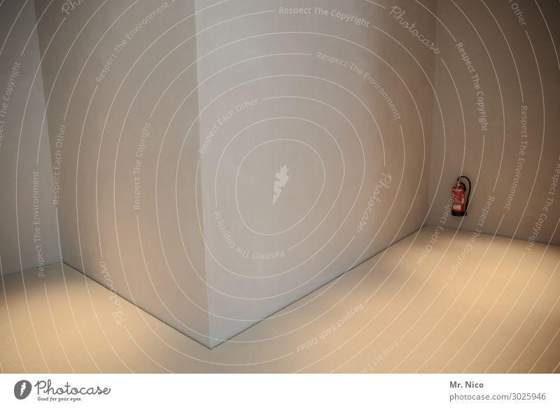 Schaumlöschgerät Bauwerk Gebäude Architektur Mauer Wand Einsamkeit Feuerlöscher Ecke Museum ruhig löschen Sicherheit Brandschutz feueralarm rot Vorschrift