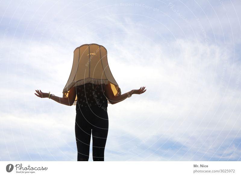 Mit (Lampen) schirm, Charme oder Melone Mensch feminin Arme Hand 1 Himmel Wolken stehen warten Neugier Überraschung Lampenschirm Körperhaltung verrückt Versteck
