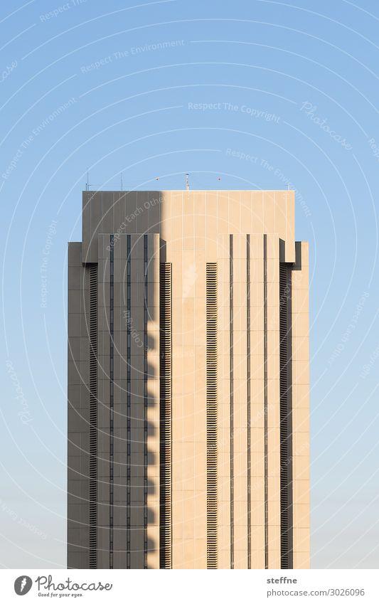USB 2.0 Stadt Stadtzentrum Hochhaus Mauer Wand Fassade Schnittstelle San Diego Kalifornien USA Blauer Himmel Schattenspiel minimalistisch Farbfoto Außenaufnahme