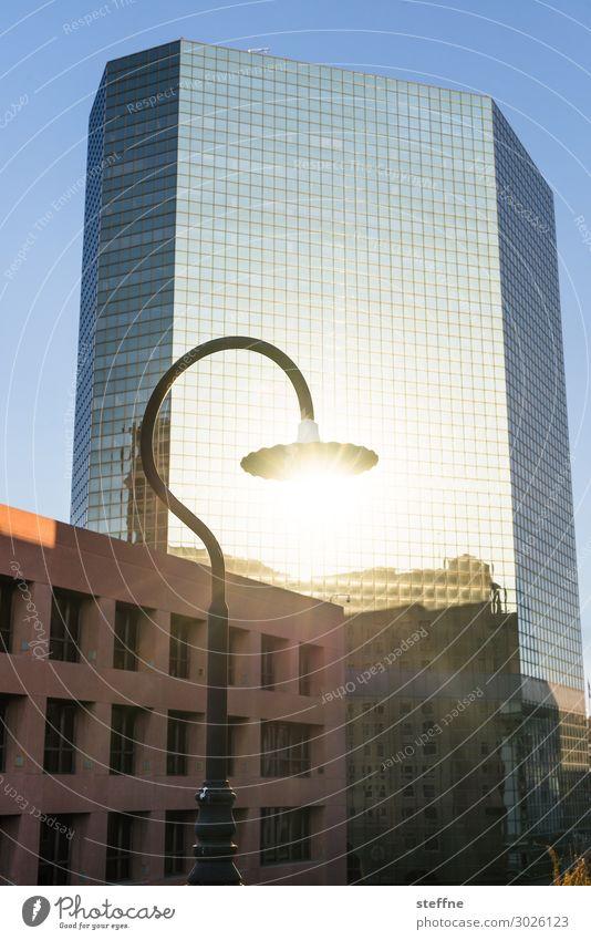Solarstrom Stadt Hochhaus Fassade Energie Laterne Straßenbeleuchtung Solarzelle Erneuerbare Energie nachhaltig San Diego Farbfoto Außenaufnahme Menschenleer