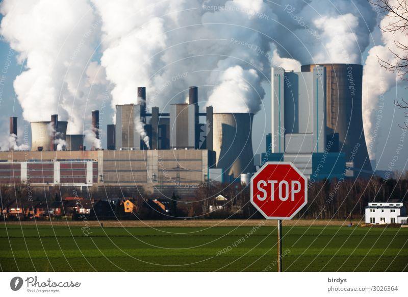 Klimakiller stoppen, RWE-Braunkohlenkraftwerk Niederaußem - NRW. Stopschild Energiewirtschaft Kohlekraftwerk Klimawandel CO2 Wiese Feld Verkehrszeichen