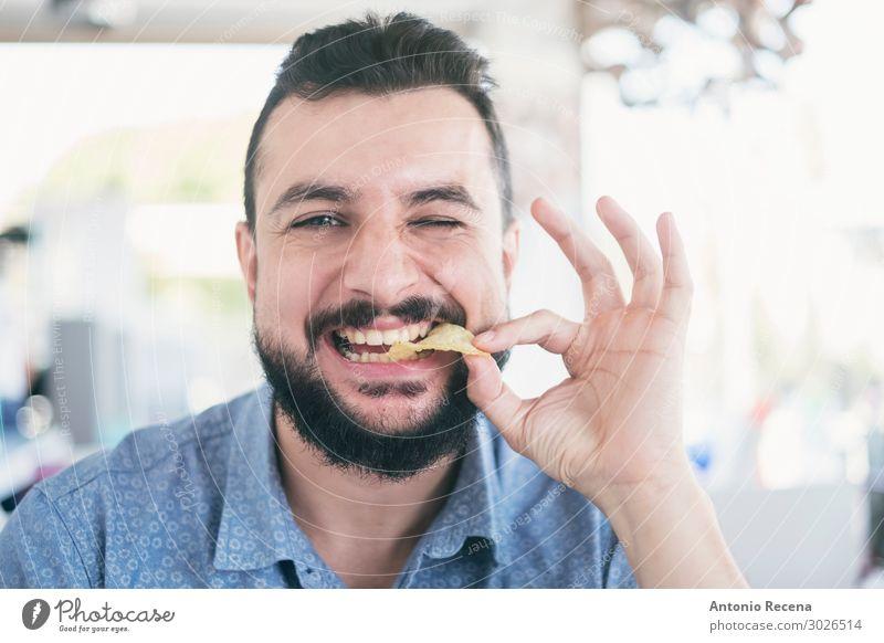 Mann im Restaurant, der Chips isst. Essen Lifestyle Glück Sommer Mensch Erwachsene Vollbart Appetit & Hunger Pommes frites Kartoffelchips Arabien bärtig
