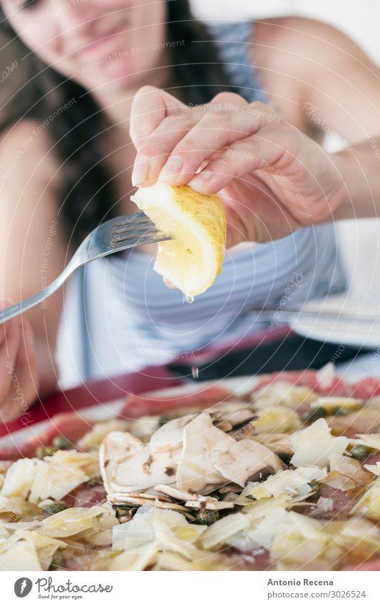 Frau beim Essen von Rindfleisch Carpaccio im italienischen Restaurant Fleisch Saft Gabel Lifestyle Mensch Erwachsene Hand Kleid Sonnenbrille brünett gut essen