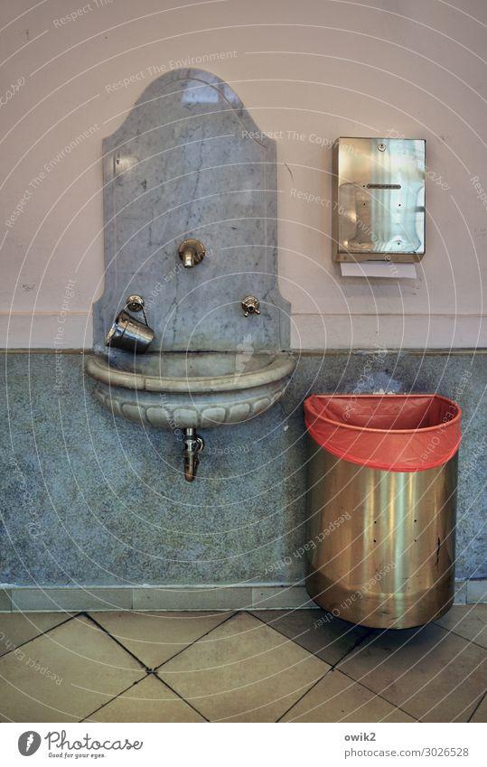 Wien, Synagoge Waschbecken Wasserhahn Papierkorb Marmor Marmorsockel Stein Metall alt historisch Reinlichkeit Sauberkeit Reinheit bescheiden Religion & Glaube