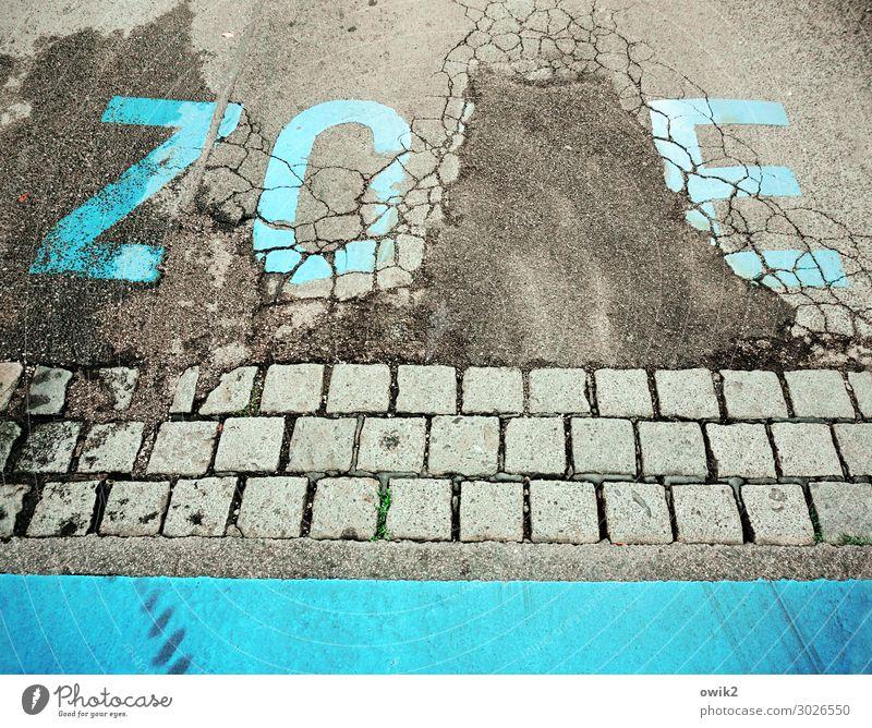 Verkehrsberuhigt Wien Verkehrswege Straße Asphalt Pflastersteine Schriftzeichen unten Stadt grau türkis Verantwortung achtsam Wachsamkeit gewissenhaft Vorsicht