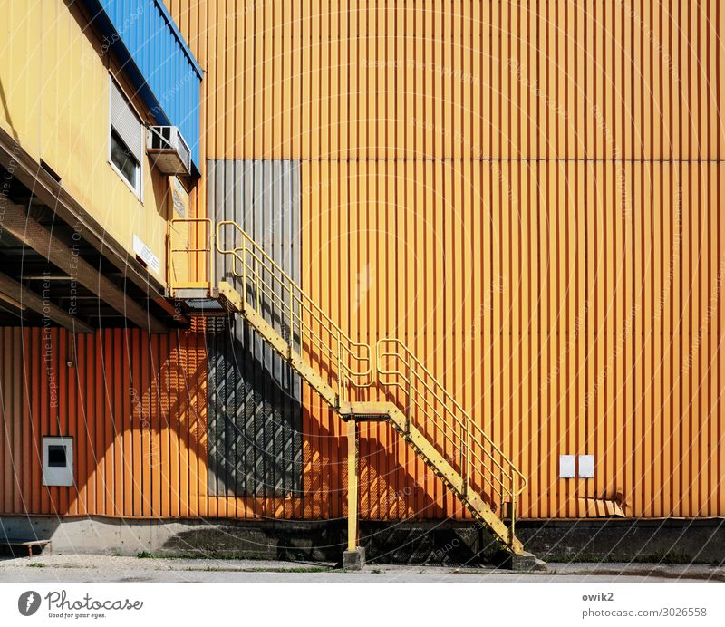 Wiener Hafen Stadtrand Fassade Wellblech Wellblechwand Treppe Leiter Lagerhalle Blech Blechwand Metall eckig einfach groß hoch blau gelb orange sparsam