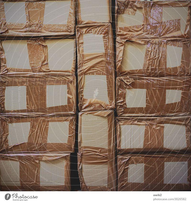 Papperlapapp Baumarkt Paket Stapel Klebeband Karton Pappschachtel Kunststoff dunkel eckig einfach Zusammensein glänzend braun Ordnung Schutz Sicherheit Farbfoto