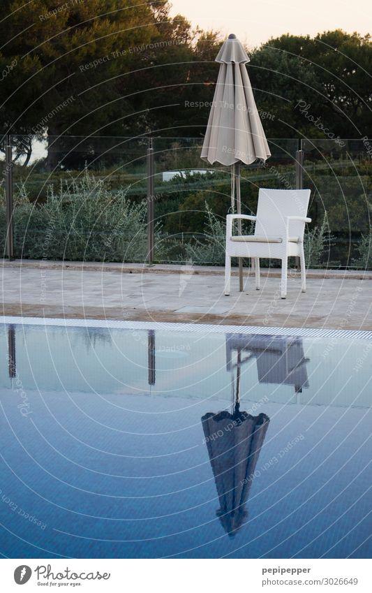 pool Freizeit & Hobby Ferien & Urlaub & Reisen Tourismus Sommerurlaub Häusliches Leben Schwimmen & Baden Schwimmbad Wasser stuhl blau Sonnenschirm Außenaufnahme