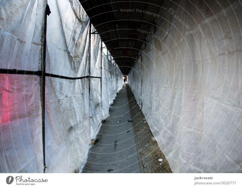 Passage unter dem Baugerüst Baustelle Berlin-Mitte Abdeckung Kunststoff authentisch trist unten weiß Sicherheit Schutz Mittelpunkt Symmetrie