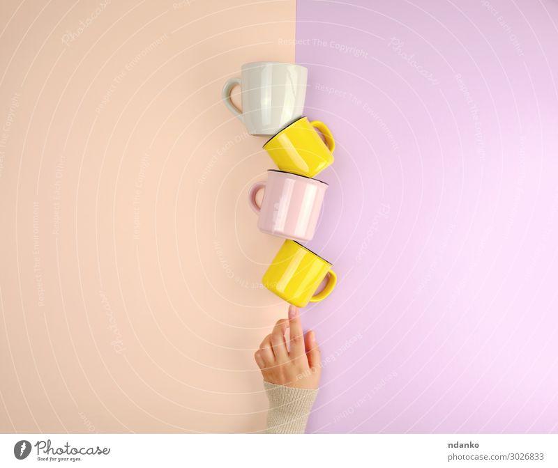 Keramikbecher stapeln Frühstück Getränk Kaffee Tee Tasse Becher Küche Frau Erwachsene Arme Hand Finger wählen heiß hell Sauberkeit gelb rosa Stimmung Farbe Idee