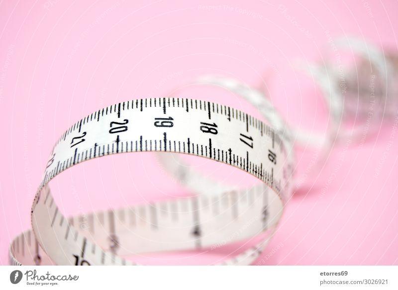 weißes Maßband isoliert auf rosa Hintergrund Zentimeter Meter Zähler Diät Beautyfotografie Entwurf Fitness Instrument Gewicht Nummer dünn Spirale Mode Lineal