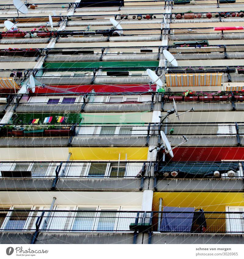 """Ausgerichtet Hochhaus Bauwerk Gebäude Architektur Fassade Balkon eckig mehrfarbig Trägheit bequem Aggression Gewalt """"Berlin Satellit Schüssel TV Fernsehen"""