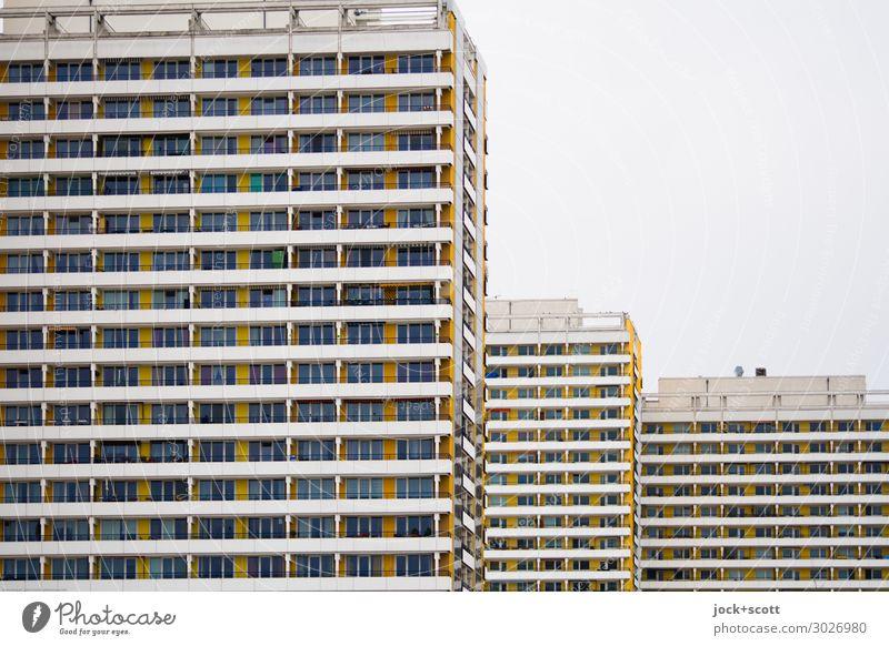 wohn & wahn Funktionalismus Himmel Marzahn Plattenbau Stadthaus Wohnhochhaus Fassade Linie Streifen authentisch eckig groß hässlich modern retro trist viele