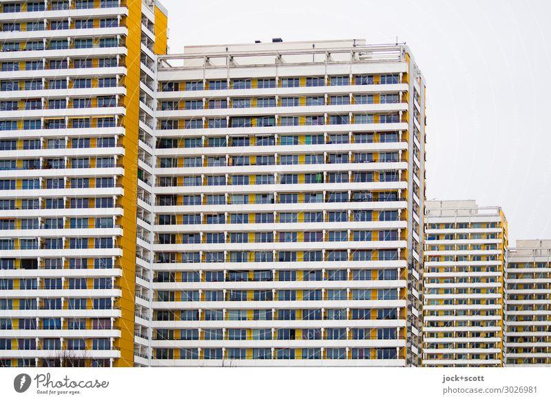 platt & hoch Funktionalismus Himmel Marzahn Plattenbau Fassade Streifen eckig hässlich retro trist gleich Stil DDR Betonklotz Gedeckte Farben abstrakt