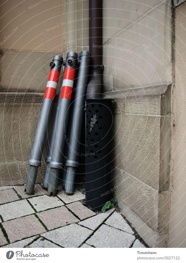 Eckensteher Kirche Mauer Wand Pfosten Stein Metall Linie warten trashig braun gold rot schwarz weiß Gefühle Bodenplatten Fallrohr Farbfoto Außenaufnahme
