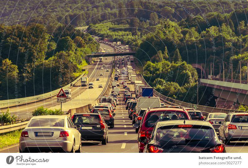 Stau auf der Autobahn Stop and Go Ferien & Urlaub & Reisen Sommer grün weiß rot schwarz Straße Tourismus grau Stimmung PKW Verkehr Sommerurlaub fahren Stress