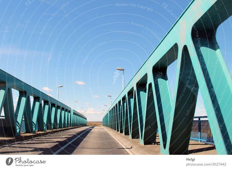 Straße mit türkisfarbener Metallkonstruktion der Peenebrücke bei Anklam vor blauem Himmel Umwelt Brücke Bauwerk Architektur Verkehrswege Straßenverkehr