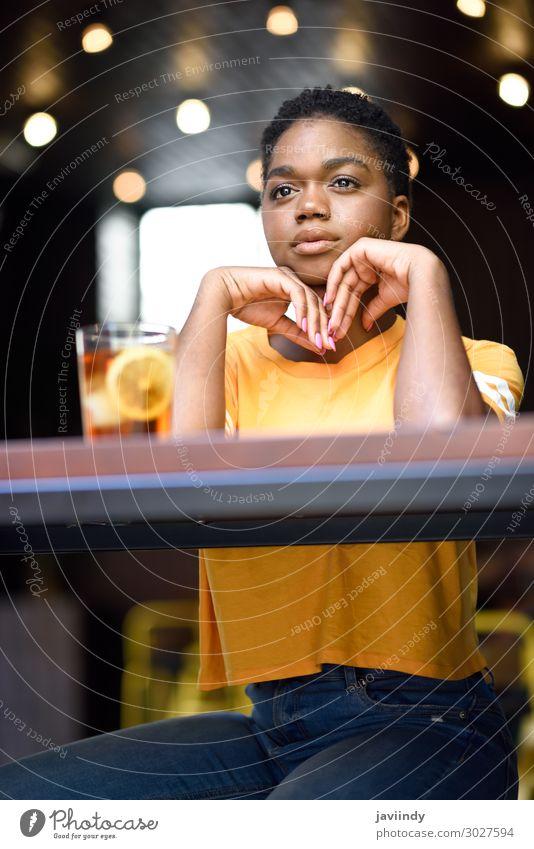 Schwarze Frau mit sehr kurzen Haaren nimmt ein Glas kalten Tee. Lifestyle Stil Glück schön Haare & Frisuren Gesicht Tisch Restaurant Mensch feminin Junge Frau