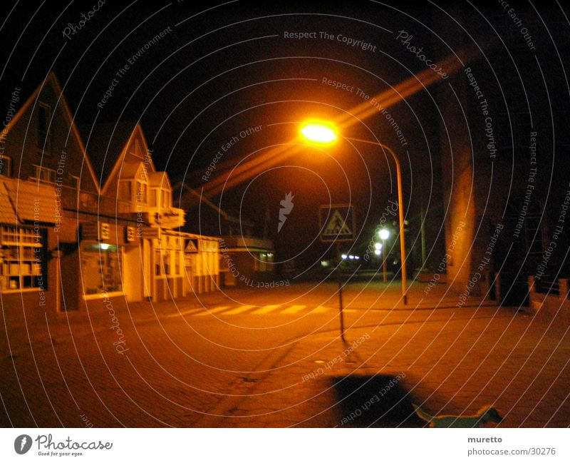 Laterne Haus Straße dunkel Bürgersteig Straßenbeleuchtung Zebrastreifen