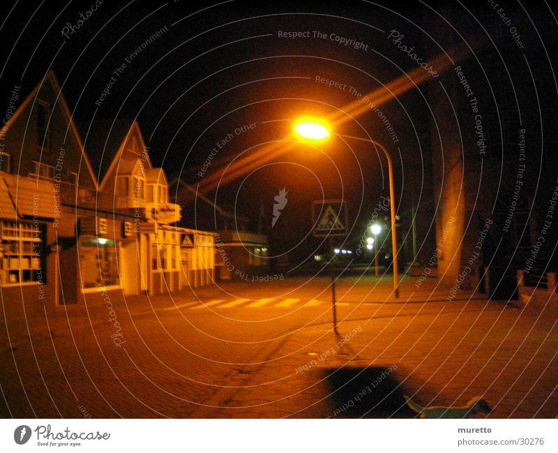 Laterne Nacht dunkel Straßenbeleuchtung Haus Zebrastreifen Licht Bürgersteig Langzeitbelichtung