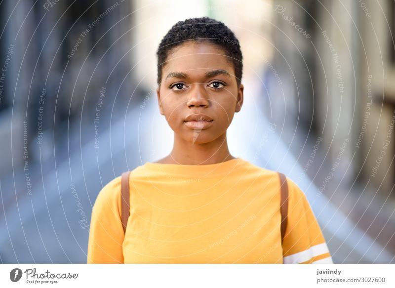 Junge afrikanische Frau in Freizeitkleidung, die vor die Kamera schaut. Lifestyle Stil schön Haare & Frisuren Gesicht Sommer Musik Mensch feminin Junge Frau