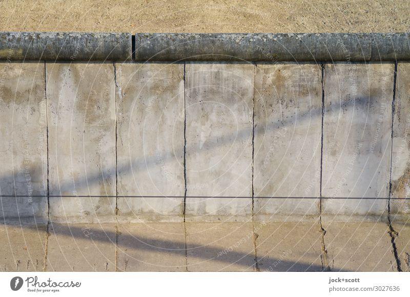 Mauern die Berliner Mauer Sightseeing DDR Berlin-Mitte Sehenswürdigkeit Denkmal Beton authentisch fest historisch Originalität grau Stimmung Wahrheit